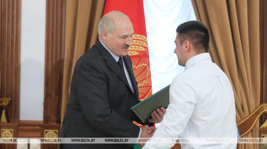 Александр Лукашенко поздравил тяжелоатлета Евгения Тихонцова с завоеванием золотой медали в Паттайе