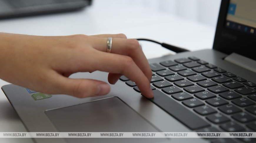 Волонтеры БРСМ учат пожилых делать покупки онлайн