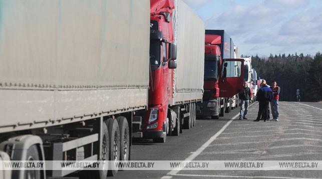 Более 1,5 тыс. фур собралось в очередях на выезд из Беларуси