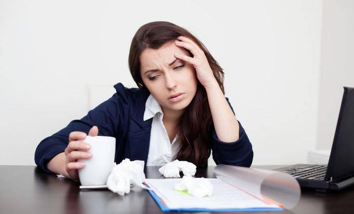 Названа опасность стресса на работе и недосыпания
