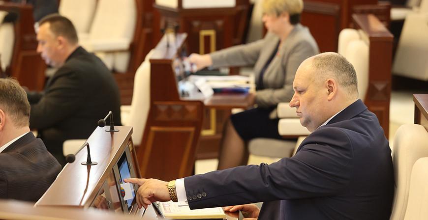 Депутаты приняли в первом чтении поправки в законы по вопросам противодействия экстремизму