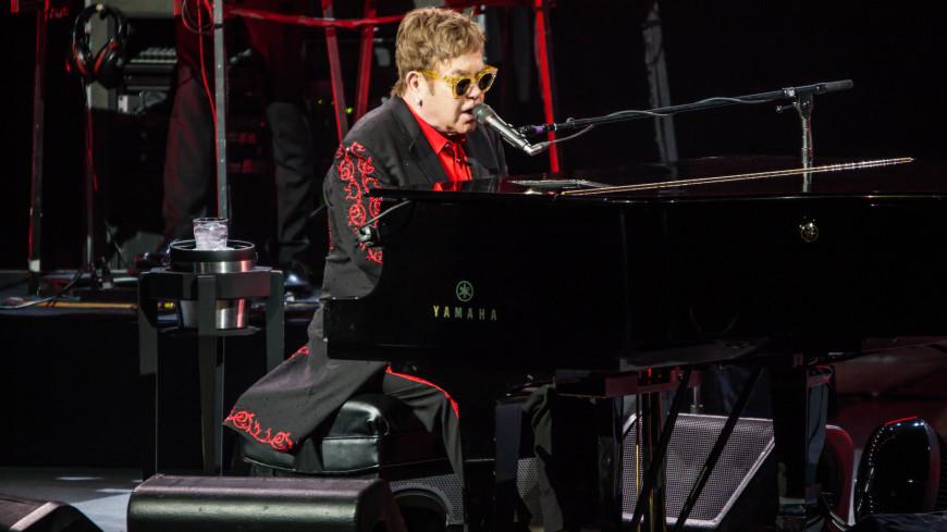 Элтон Джон потерял голос на концерте и ушел со сцены в слезах