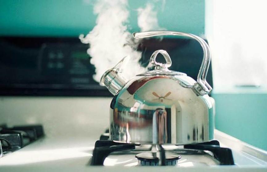 Два чайника кипятка вылил мужчина на свою сожительницу в Сморгони