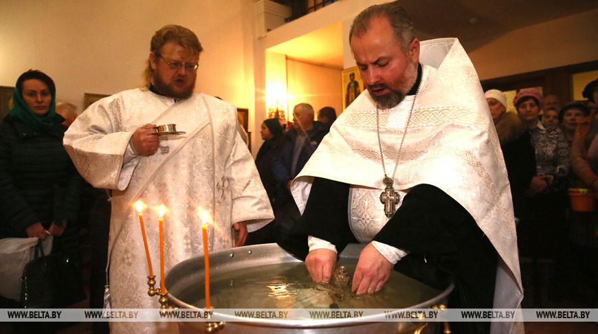 ФОТОФАКТ: Православные верующие празднуют Святое Богоявление