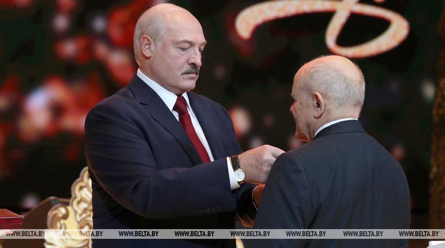 Александр Лукашенко вручил государственные награды госслужащим, артистам и журналистам