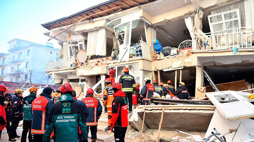 В Турции спасатели вытащили из-под завалов 39 человек после землетрясения
