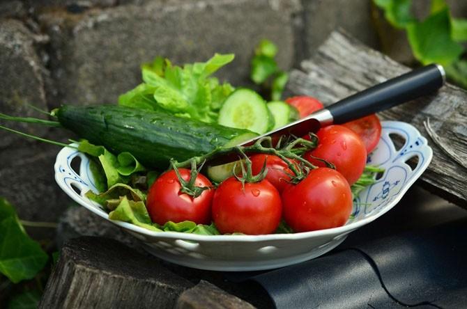 Почему нельзя есть огурцы с помидорами?