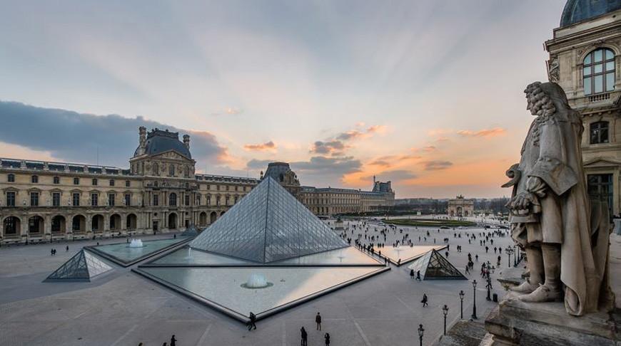 Лувр временно закрыт для посещений