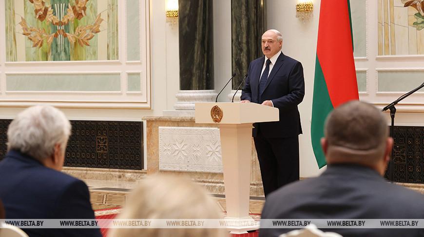 Александр Лукашенко поблагодарил медиков: все вы, забыв о регалиях, шли к общей цели не жалея сил