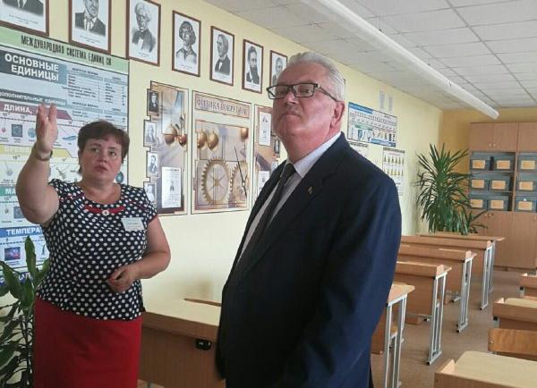 Министр образования Беларуси Игорь Карпенко посетил среднюю школу в Мире и Мирский государственный художественный профессионально-технический колледж