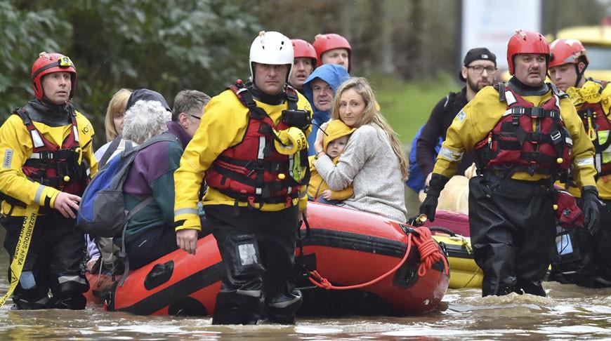"""Из-за шторма """"Деннис"""" на севере Великобритании начались наводнения"""