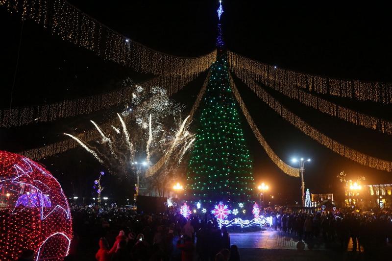 Аллея дизайнерских елок, тысячи огней и колоритные новогодние персонажи. 7 декабря зажгут праздничную иллюминацию в Гродно