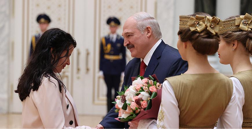 """""""Нация может развиваться только на позитивных идеях"""" - Александр Лукашенко вручил госнаграды и генеральские погоны"""