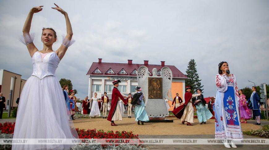 Скульптурную композицию «Явление иконы» открыли в День письменности в Белыничах
