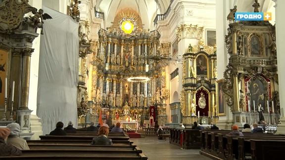 В Фарном костеле вышли на финишную прямую в работе над реставрацией алтаря 18 века