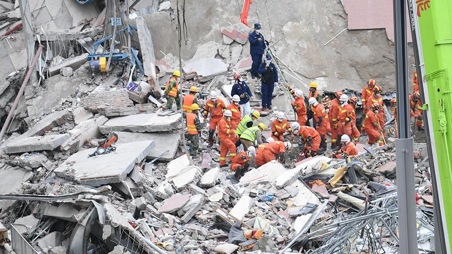 В результате обрушения отеля в Китае погибли 10 человек
