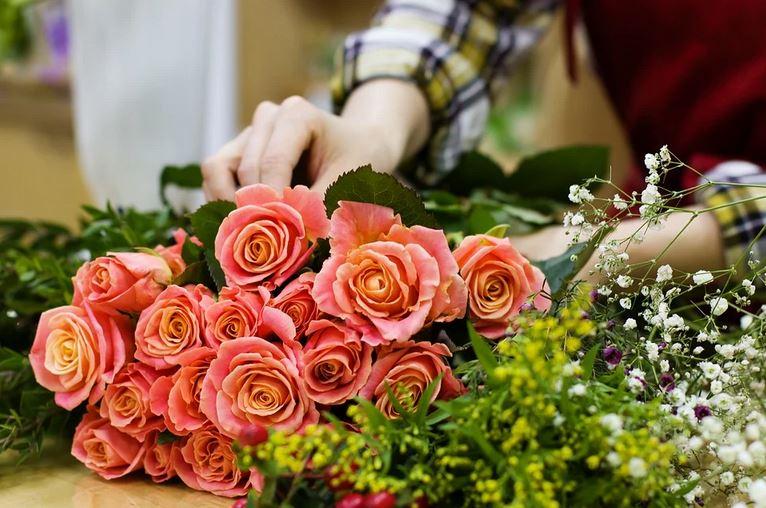 От цветов до гаджетов: мужской и женский взгляд на подарки к 8 Марта