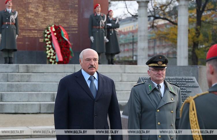 Александр Лукашенко начал визит в Австрию с возложения венка к памятнику советским воинам-освободителям