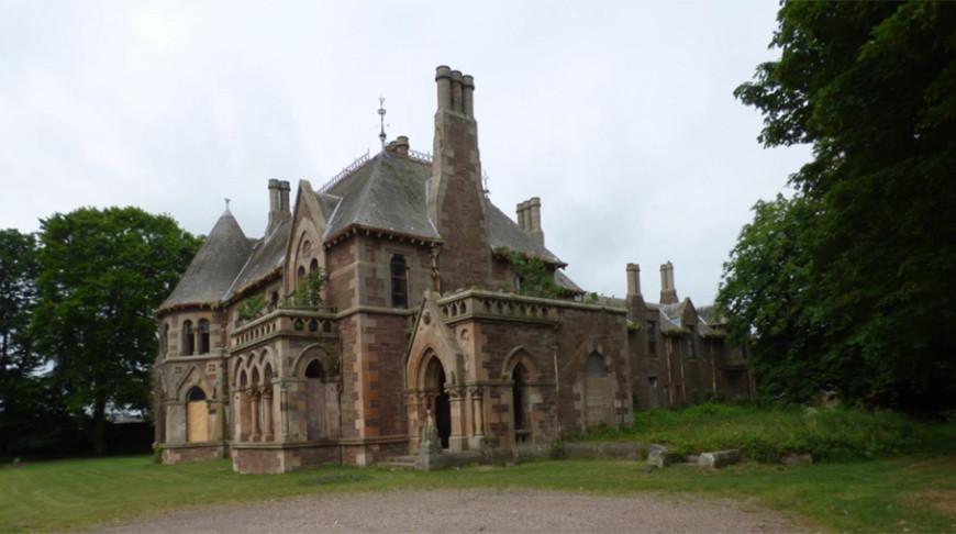 В Шотландии выставлен на продажу двухэтажный готический особняк «Вязы» за 1 фунт стерлингов.