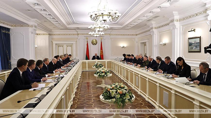 Александр Лукашенко проводит совещание по актуальным вопросам
