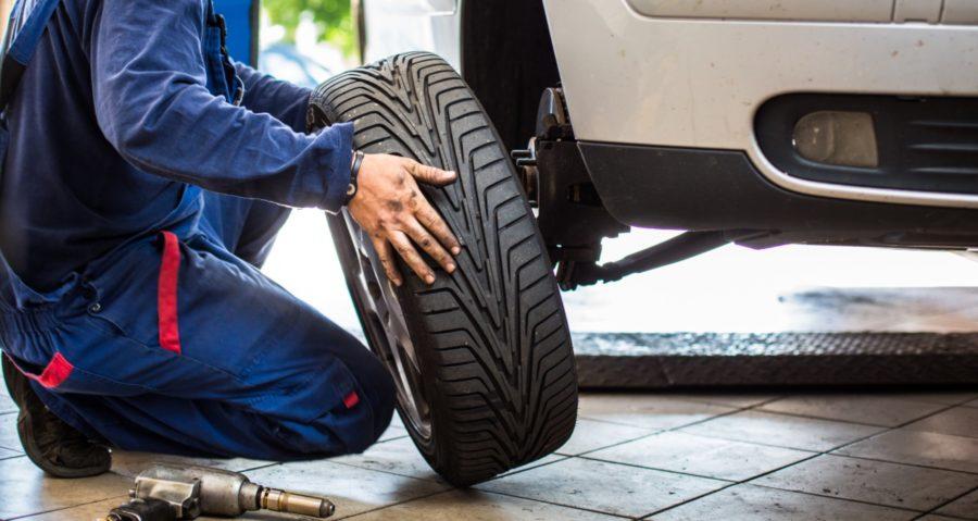 С 1 марта водителям разрешено ездить на летних шинах. Но «переобуваться» они пока не спешат