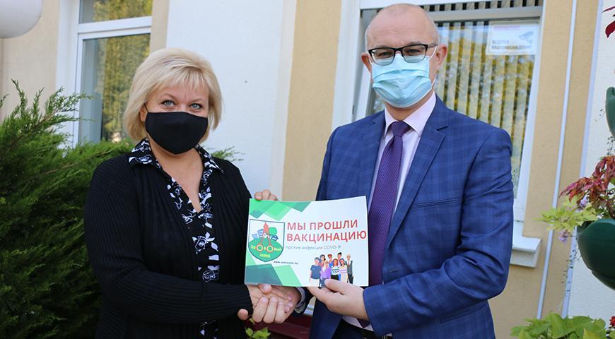 «Мы прошли вакцинацию» – такие надписи появились на учреждениях и предприятиях Островецкого района