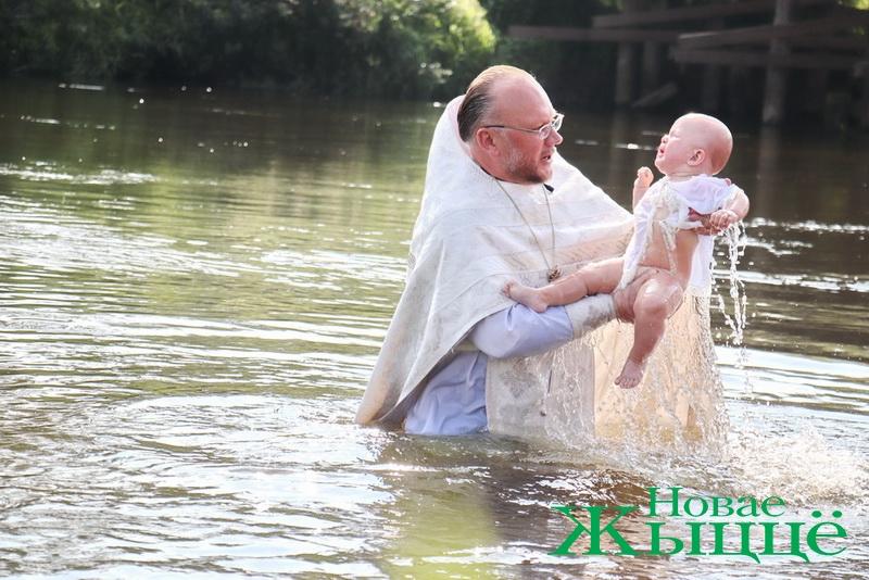 Таинство крещения прошло на берегу Немана в Свято-Елисеевском Лавришевском мужском монастыре