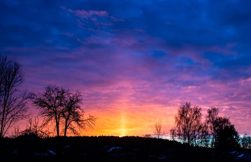 Очень необычное явление. Солнечный столб появился в небе под Минском в первый день нового года