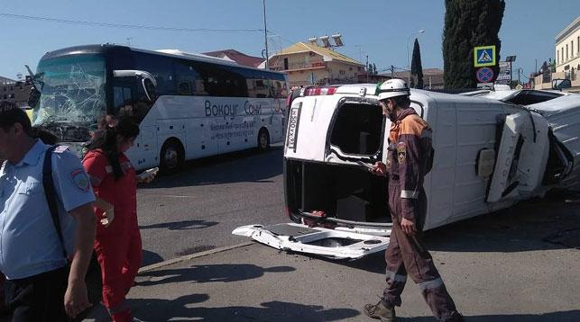 Число пострадавших при столкновении туристических автобусов в Сочи возросло до 26