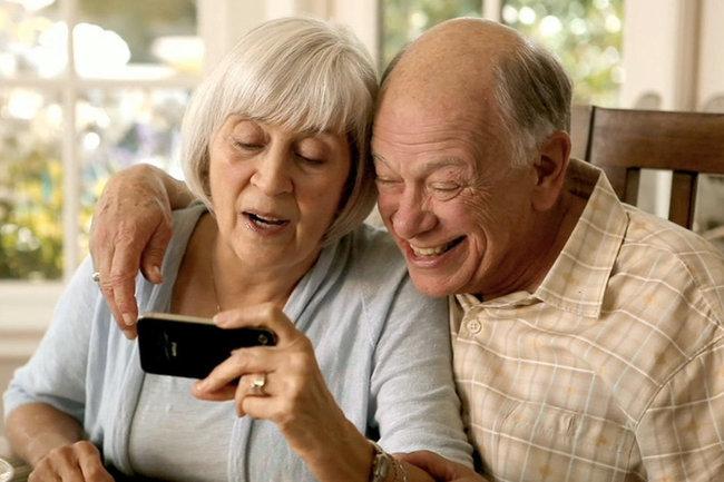 Онлайн-путеводитель по мобильным технологиям для людей старшего возраста выпустили в Беларуси