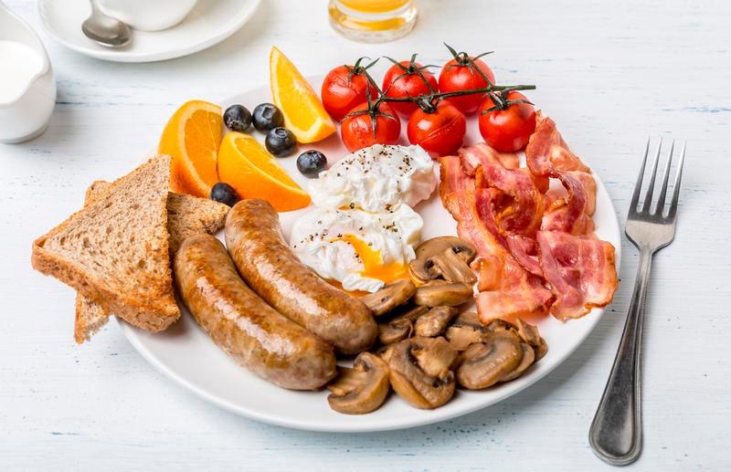 Кардиохирург рассказал о вреде плотного завтрака