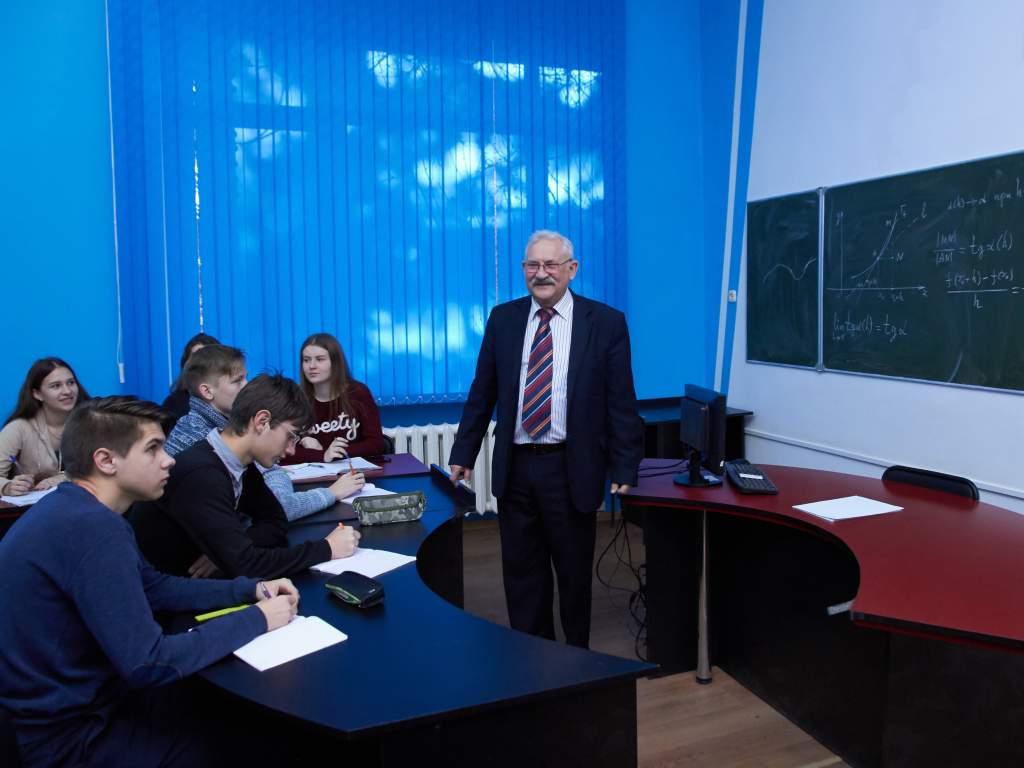Профессор, доктор физико-математических наук И.П. Мартынов со студентами.jpg