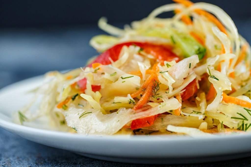 «Летний»-салат-с-яйцом-и-болгарским-перцем-фото-1362x908.jpg