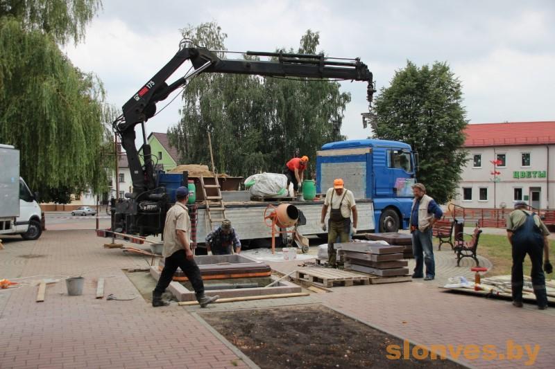 В Слониме началась установка постамента для памятника Льву Сапеге