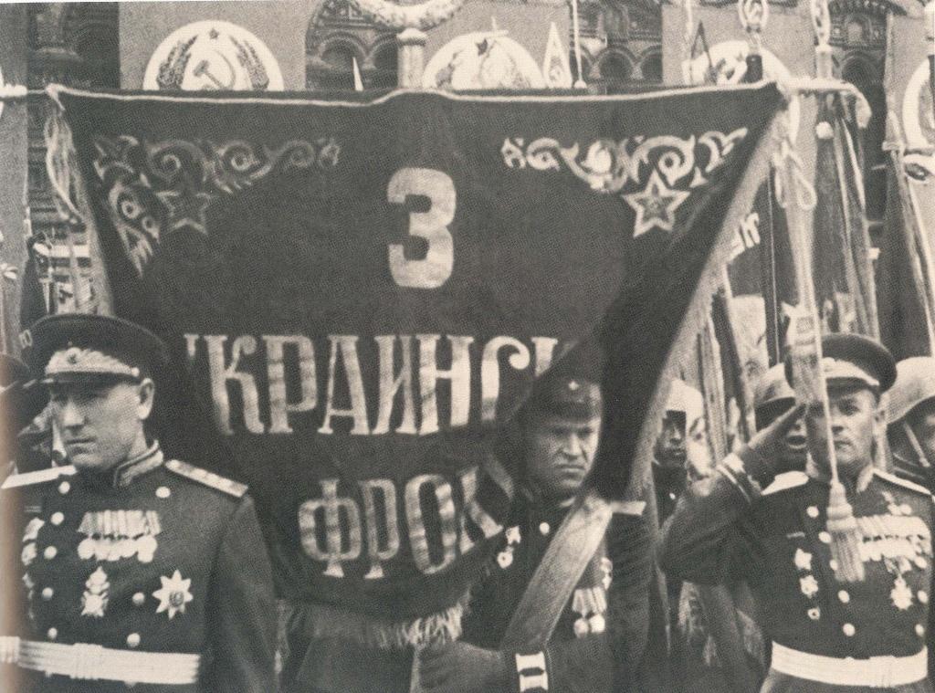 Иван-Лебедев-несет-штандарт-3-го-Укр.фронта-на-Параде-Победа-3.jpg