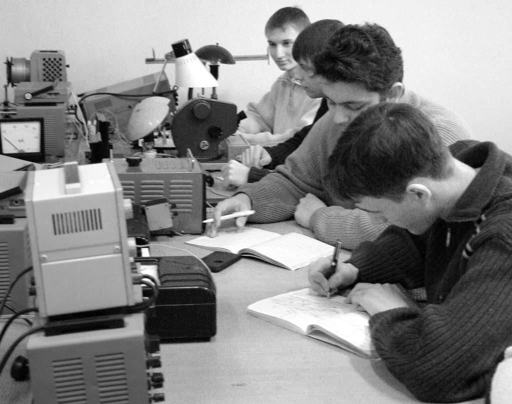 1980-ые гг. В лаборатории кафедры общей физики..JPG