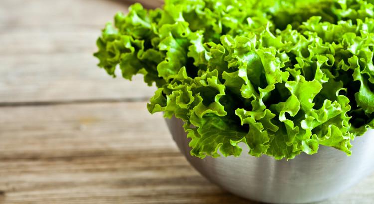 miniatyura-kak-doma-vyrastit-salat-na-vashem-podokonnike-750x410.jpg