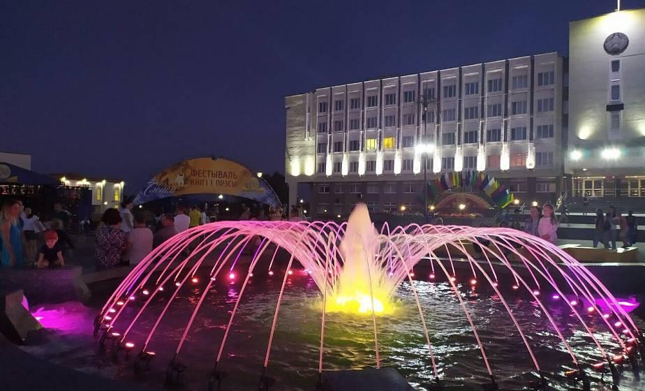 Фонтаны, огни и праздничный город. Фотопрогулка по вечернему Слониму