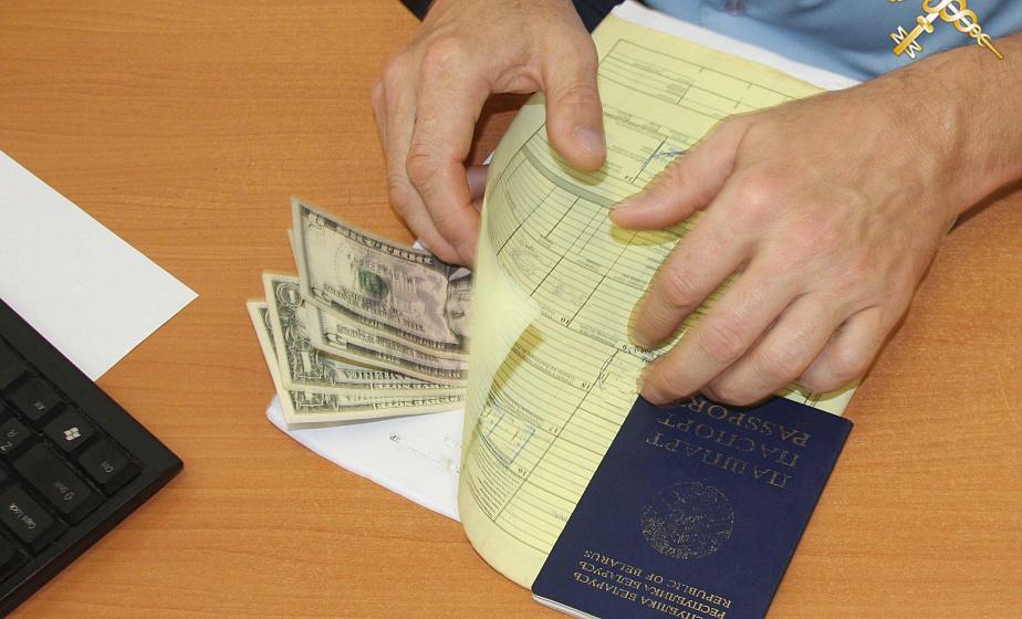 Более 60 раз с начала года на границе таможенники находили в документах «забытые» деньги