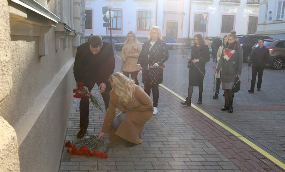 «Это горе не одной белорусской семьи, а всего народа». В Гродно возлагают цветы и ставят лампады к зданию Комитета госбезопасности