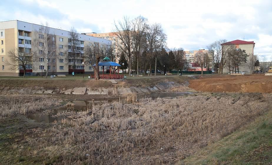 Новое дно и без зарослей. В Гродно приводят в порядок пруды на улицах Репина и Курчатова