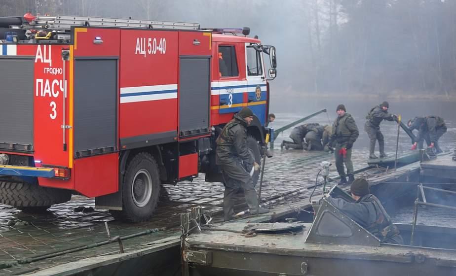 «Пострадал» мост и «сгорела» деревня. Под Гродно прошли совместные учения МЧС и военных (+видео)