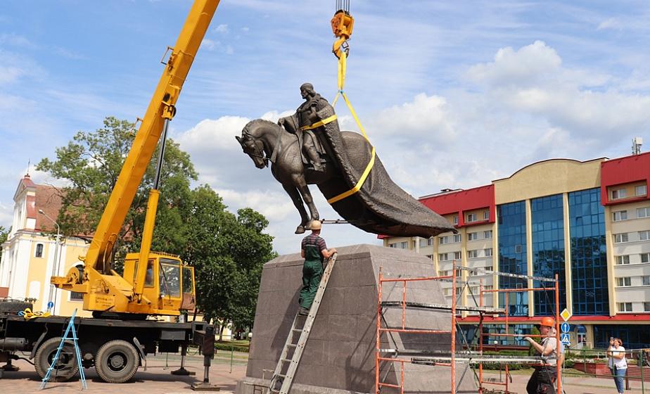 Гедимин уже в Лиде! Бронзовую скульптуру великого князя весом более 2,5 тонн установили возле Лидского замка