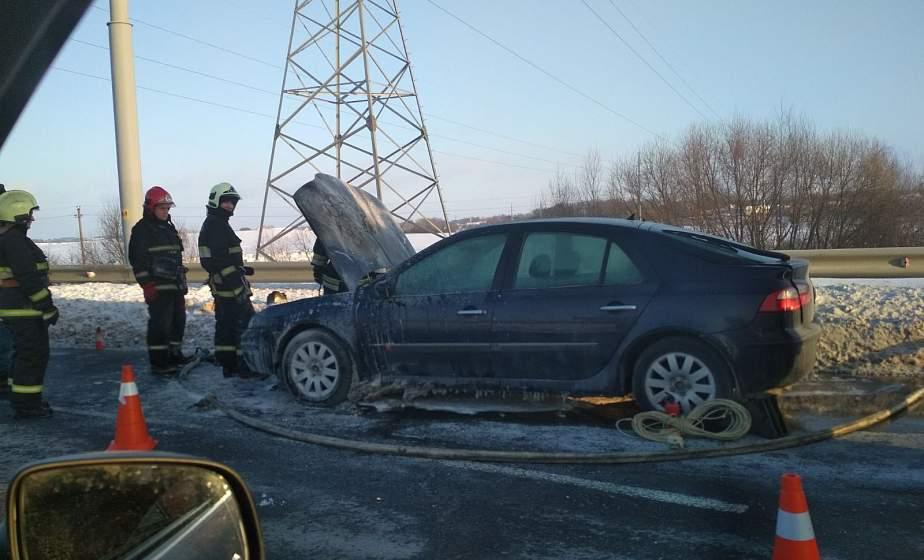 В Гродно на ходу загорелся автомобиль. Спасатели помогли потушить возгорание
