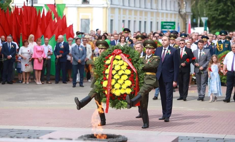 В День Независимости в Гродно возложили цветы к Вечному огню
