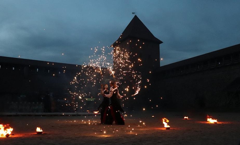 Было жарко и ярко. В стенах Лидского замка прошел фестиваль огня «Феникс фаер-фест»