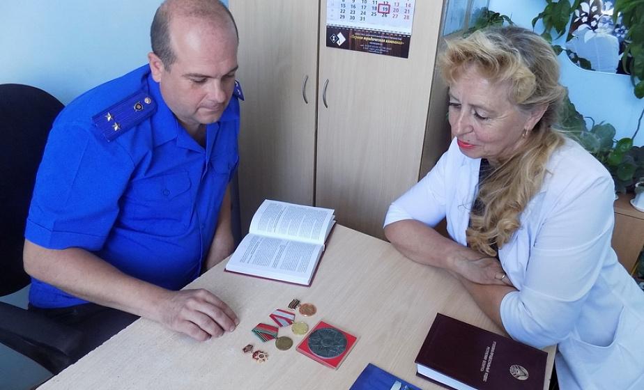 В Лиде следователи вернули родственникам украденные награды участника Великой Отечественной войны