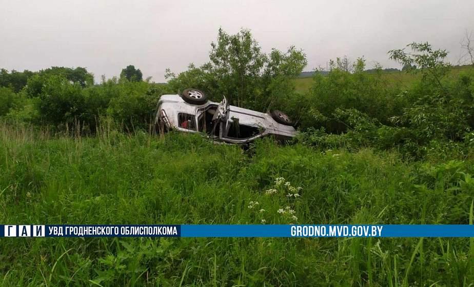 В Лидском районе легковушка вылетела на обочину и опрокинулась. Пассажир авто получила серьезные травмы