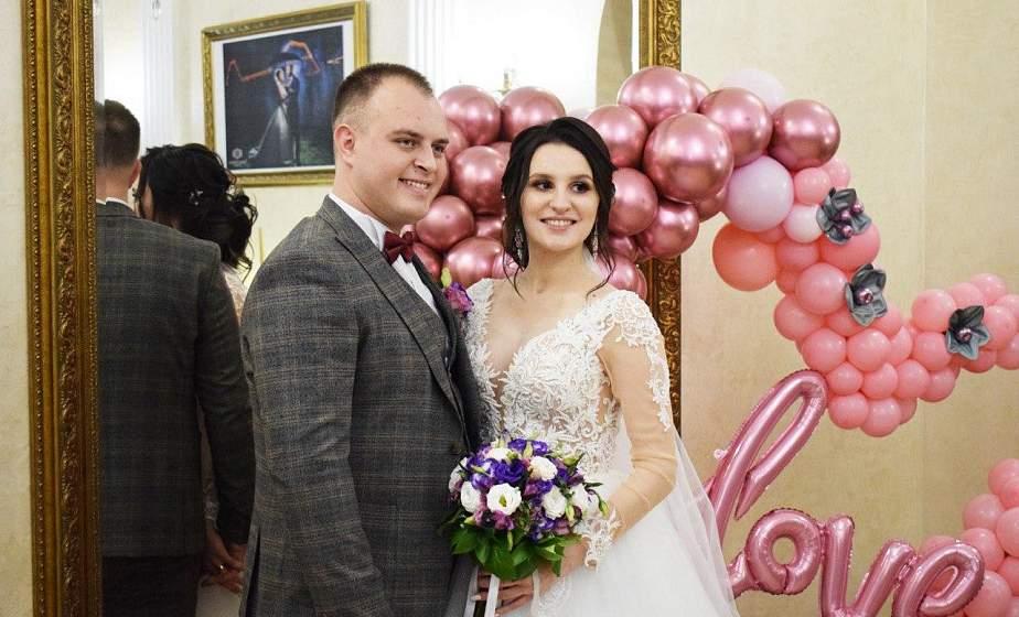 «Любовь правит миром»: более тридцати пар поженились в День Святого Валентина
