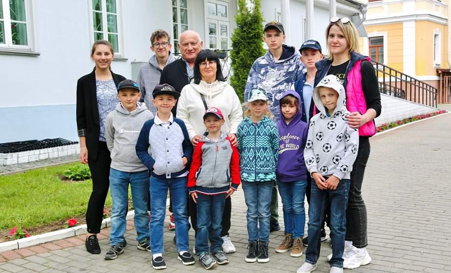 Впервые побывать в зоопарке и сесть за штурвал самолета. Как Белорусский детский фонд помогает воспитанникам детских домов семейного типа осуществлять свои маленькие мечты?